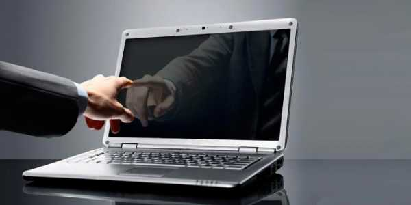В ноутбуке кулер работает а манитор темный